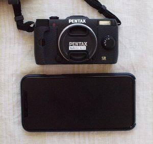 PENTAX Q7 と iPhone Xの大きさ比較