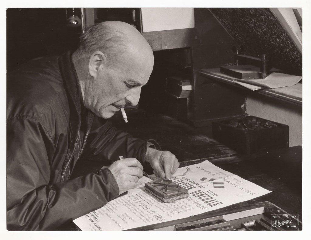 Constantin-Limpens - maître imprimeur et résistant _ en train de composer l'affiche de mobilisation générale durant la libération de Paris.