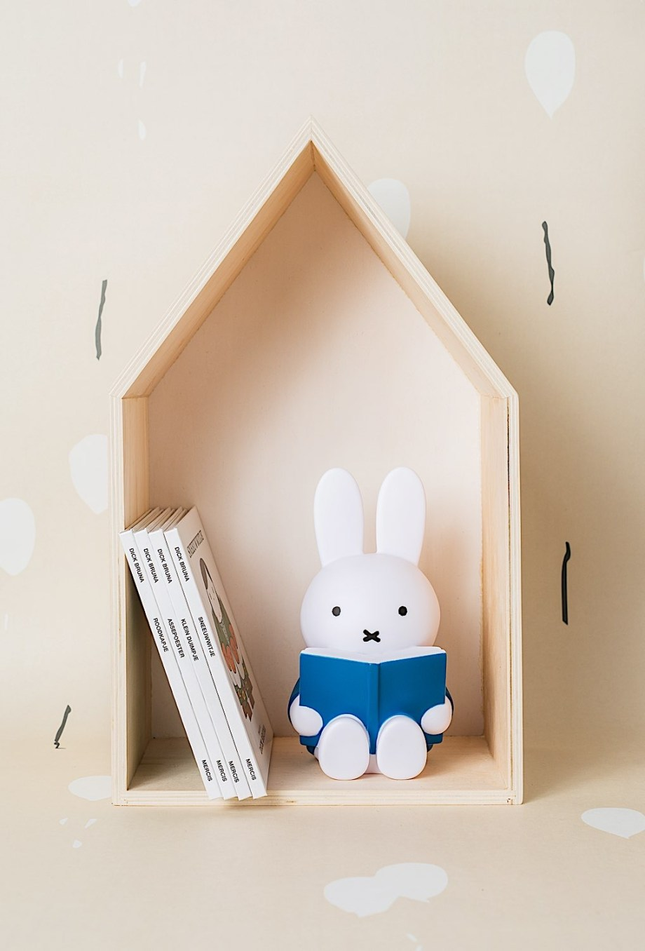 Tirelire lapin Miffy livre - Atelier Pierre junior - Cette tirelire 'Miffy Livre', est idéale pour glisser les premières pièces de votre enfant. De plus, elle est le parfait objet de décoration.