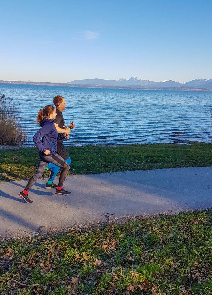 Paar Laufen See abends Sport