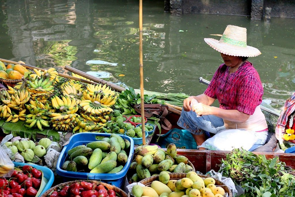 floating-market_lady-in-a-boat