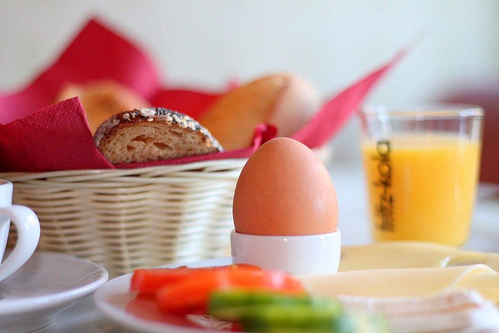 breakfast at die wohngemeinschaft hostel