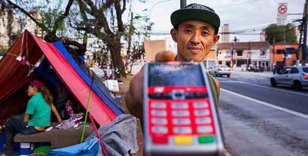 Morador de rua tem máquina de cartão de crédito