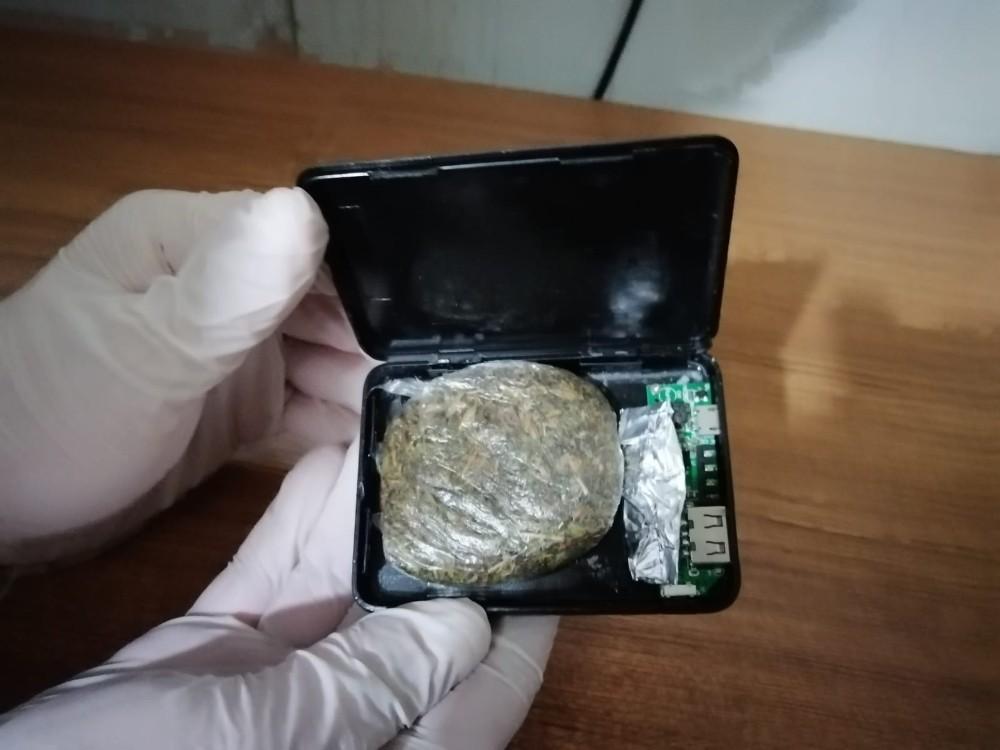 Şarj cihazının içinden uyuşturucu çıktı