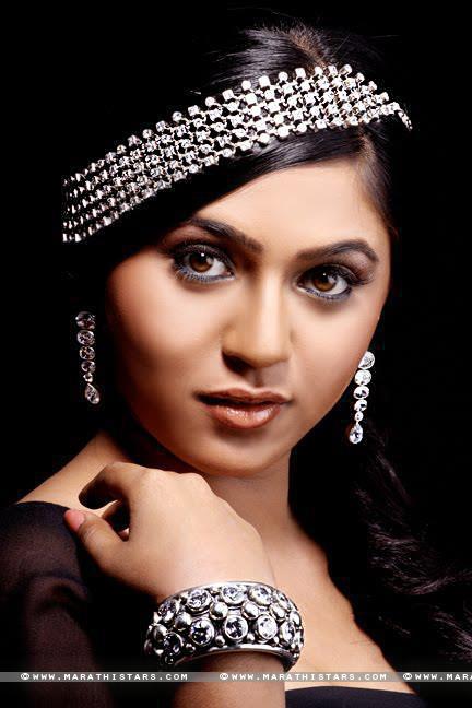 Bihar Girl Wallpaper Mrunmayee Deshpande Marathi Actress Photos Biography Wiki