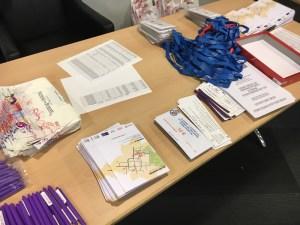 bon d'achat, stylo, programme, badge : présentation du détail du kit bénévole