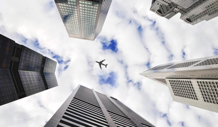 avion entre edificios