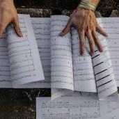 Komponist Marc David Ferrum Hände über seiner Partitur