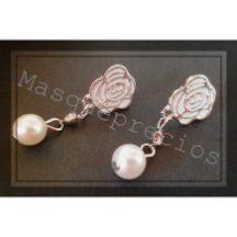 Pendientes bañados en rocío con flor y perlas blancas