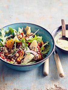 Salade-van-Vegi-Mix-met-quinoa_-bulgur-en-kikkererwten_-tahinsaus-met-peterselie-en-citroenmg