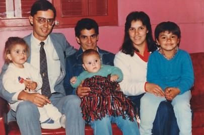 Eu (de terno) e uma família de conversos de Santana do Livramento/RS, em junho de 1987 — a alegria de um missionário é servir de instrumento nas mãos do Senhor para que, mediante a fé das pessoas, Ele possa realizar milagres em suas vidas
