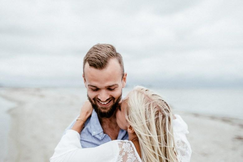 Hochzeitsfotograf Ostsee Ruegen Usedom Strand Paarshooting Engagement 026 Eine kleine Ostseebriese - Kennenlernshooting am Strand