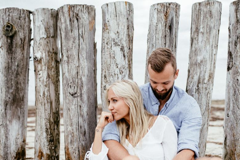 Hochzeitsfotograf Ostsee Ruegen Usedom Strand Paarshooting Engagement 085 A small Baltic Sea breeze - getting to know each other on the beach