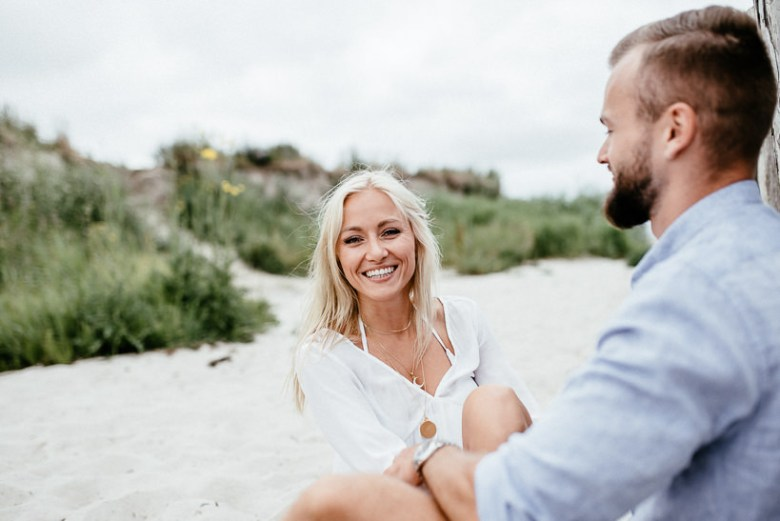 Hochzeitsfotograf Ostsee Ruegen Usedom Strand Paarshooting Engagement 089 A small Baltic Sea breeze - getting to know each other on the beach