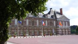 une cérémonie de mariage se déroule au château, siège de la mairie
