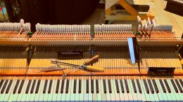 Un piano avec des outils pour le réparer