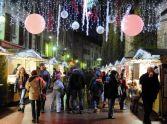 La magie de Noël s'opère sur le marché d'Annecy, et plonge les visiteurs dans une ambiance de féerie en plein cœur des Alpes