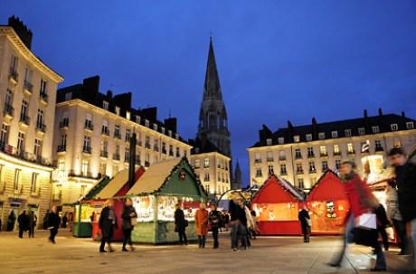 Le soleil se couche sur le marché de Noël de Nantes