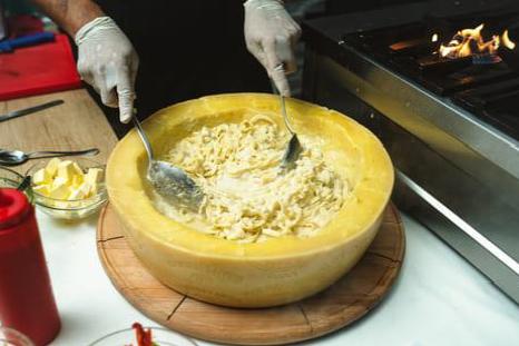 Plat de pâtes sur le marché de noël