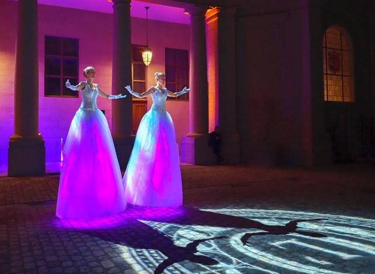 Les Welcome du marché de noël de Nantes assurées par des danseuses sur échasses