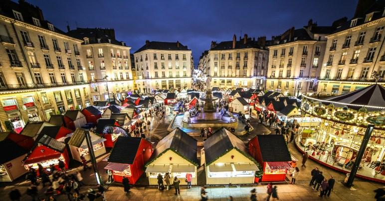 Vue sur les chalets et le carrousel du marché de noël de Nantes, Place Royale
