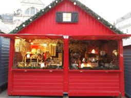 Chalet de cheminées et décorations de table au marché de noël d'Angers