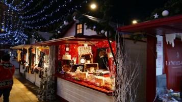 ambiance nocturne sur le marché de noël du mans