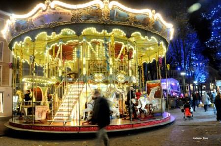 Le carrousel installé près du Marché de Noël de Rouen scintille la nuit. Par ses lumières il éblouit tous les passants. C'est une vraie machine à voyager dans le temps