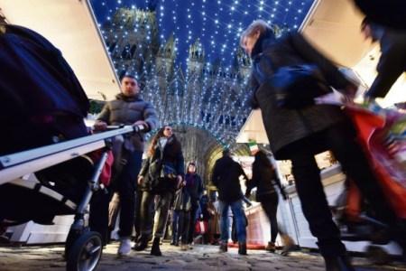 Les passants se promènent sur le marché de noël de Rouen