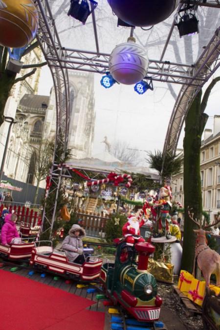 L'incontournable carrousel est présent sur le marché de Noël de Rouen pour le plaisir des enfants