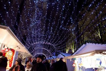 Rideau de lumières entre les chalets du marché de noël de Rouen