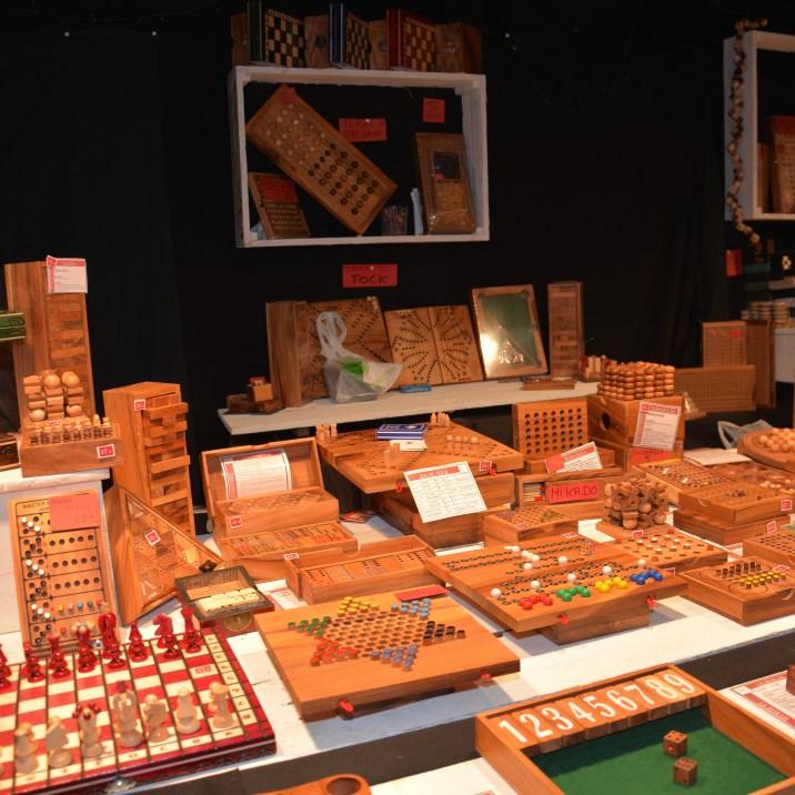 Chalet de jeux en bois sur le marché de noël de Rouen