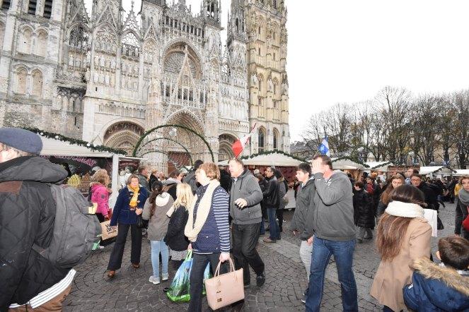 Les passants arrivent sur le marché de noël