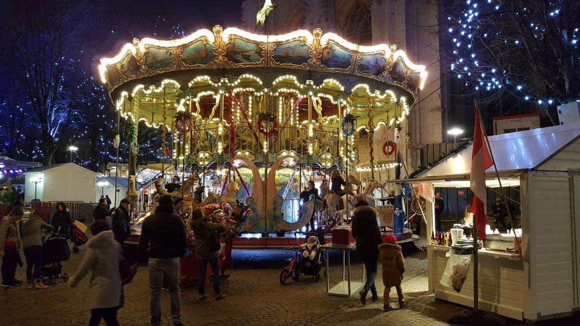 Le manège et les illuminations de Noël