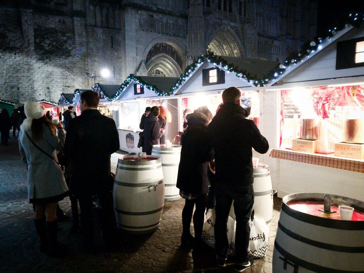 Les visiteurs se réunissent autour d'un vin chaud sur le marché de noël
