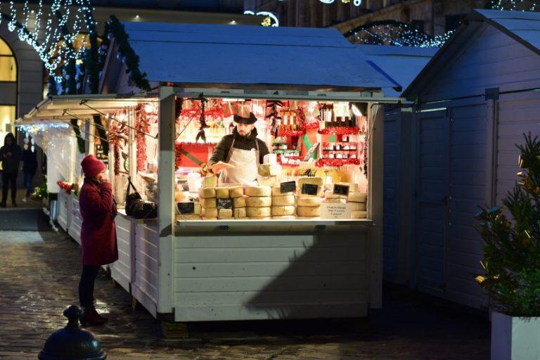 Chalet à fromages sur le marché de noël