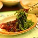 ¿Cómo surgió la tradición oriental de comer con palillos?