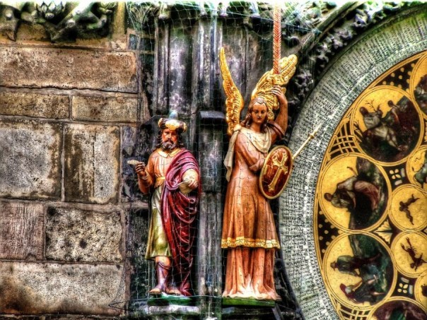Santos en el reloj de praga
