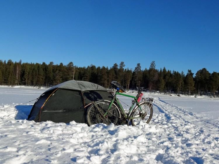Zelten in Russland auf einem zugefrorenen See