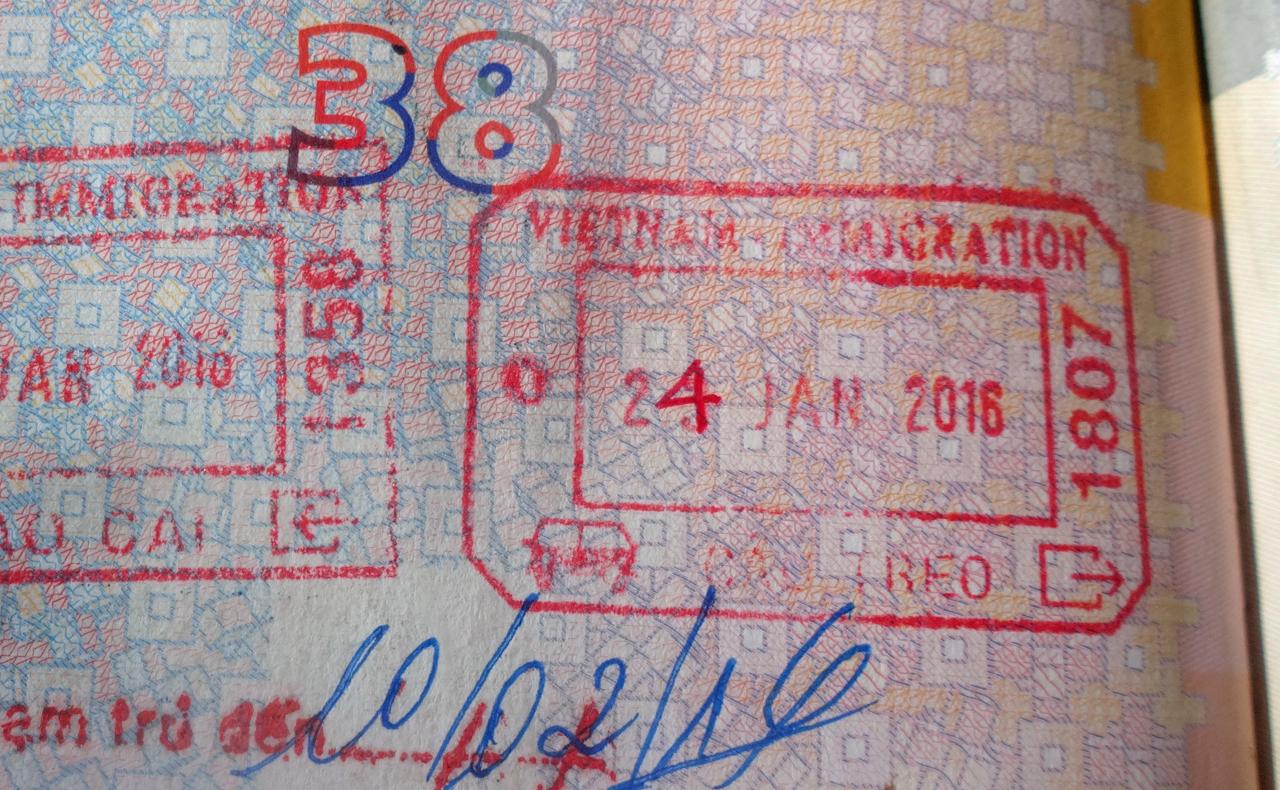 Ein vietnamesischer Beamter änderte den Ausreisestempel in meinem Pass mit einem Kugelschreiber vom 23. auf den 24. Januar.
