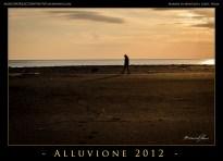 Alcune persone camminano sulla spiaggia.People walks by the beach