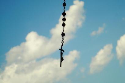 Il rosario sotto lo specchietto guarda al cielo e a chi guida - foto di Ivana Alarcón Lucanero
