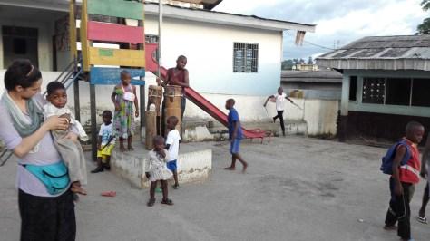 bambini che suonano e si divertono ad accoglierci