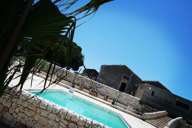 Il panorama, dietro la piscina si infrange nell'azzurro della Sicilia