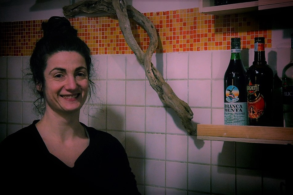 Il sorriso di Eleonora dietro al bancone