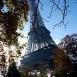 La Tour Eiffel da sotto nel contro luce di una giornata di sole