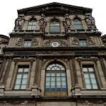 Un particolare di una delle facciate del Louvre
