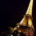 Di notte sotto la luce della Tour Eiffel