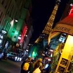 Il passeggio per le vie intorno la Tour Eiffel