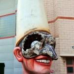 Viareggio il Carnevale. Vecchia Maschera dove si intravede parte dei sostegni ed il lavoro sapiente degli artisti.
